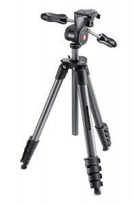 Il cavalletto ideale: gambe con tre segmenti, braccio estendibile in verticale, testa con manopole per i tre movimenti