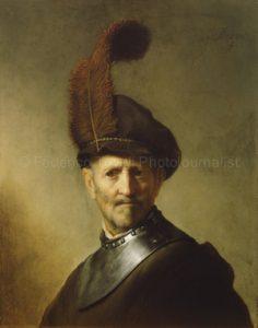 """Pintores retratistas como Rembrandt estudiaron la luz y como actua. Observando este cuadro de Rembrandt parece de ver afuera del marco una pequeña ventana que esta proporcionando luz al rostro y al fondo. Este tipo de luz (direccion y fuerza) en fotografia se llama """"Luz Rembrandt"""""""