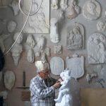 L'uomo e il suo lavoro e sulla parete che fa da sfondo il risultati del lavoro stesso. In una sola immagine sono sintetizzati tre elementi