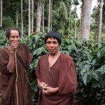 Ritratto ambientato. I due indigeni e la loro piantagione di caffè