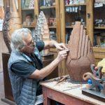 Un ceramista al lavoro in una delle inquadrature più classiche, lui. il suo lavoro ed una parte delle sue opere.