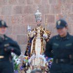 La messa a fuoco selettiva consente una miglior osservazione del contesto, il santo è guardato  vista dai poliziotti....