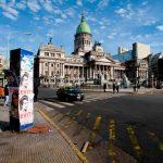 Architettura urbana (Congreso de la Repubblica Argentina) in un contesto non bello,. C'è un rafforzativo concettuale  dato dal totem sulla sinistra coi manifesti di Evita Peron, La foto non è bellissima, la peggiora un po' lo spazio vuoto in basso a destra