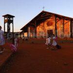 Nel racconto su un luogo si possono unire varie componenti in una sola immagine. L'architettura tipica ( nella facciata della chiesa e campanile ligneo) il tramonto infuocato, il rientro dalla scuola