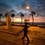 Un effetto mosso rende più dinamico e un po' misterioso questo scatto crepuscolare sull'Oceano Pacifico a Lima