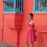 Lo sconosciuto partner della sconosciuta ragazza l'ha accontentata fotografandola su quello sfondo, il colore del vestito, molto simile a quello dello sfondo crea confusione